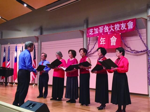 團長趙麗芬帶領、凌喬治指揮、楊偉珍伴奏的台大校友合唱團所演唱的「船歌」、「野玫瑰」和「Die Lorelei」揭開了晚會的序幕照片