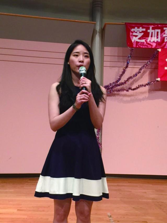 年輕美麗的台大校友會理事陳泳岑擔任年會主持