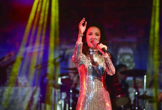 紐約火花樂隊主唱華欣欣演唱多首膾炙人口動聽的歌曲