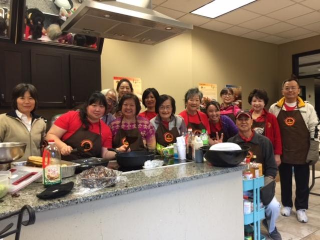 芝加哥台灣美食文化交流協會會長陳美麗(左三)帶領的美食班,廚藝了得有口皆碑