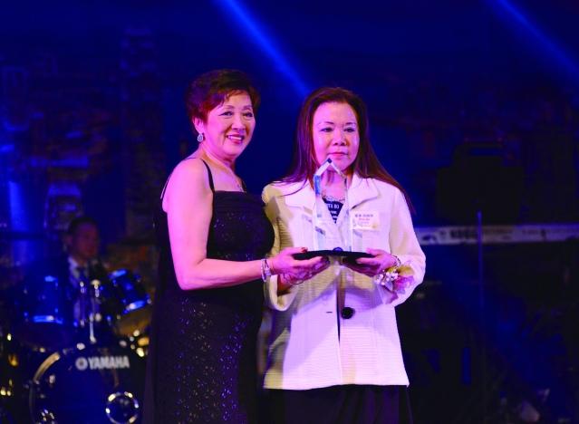 芝加哥香港華協會會長趙伊齡頒發10年服務獎給何綺萍