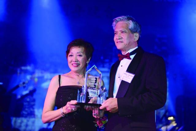 芝加哥香港華協會會長趙伊齡頒發20年服務獎給朱慶龍
