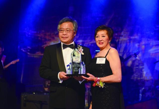 芝加哥香港華協會會長趙伊齡頒發年度風雲人物獎給劉仲庭