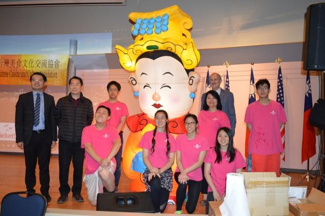 諮詢導師胡玲玲(後排右二)帶領海外青年文化志工們(FASCA)在場服務