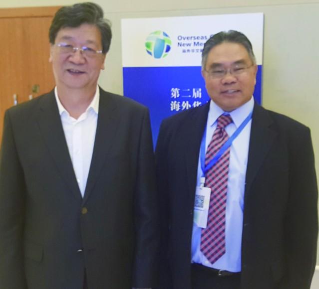 人民日報海外版總編輯王樹成(左)與李著華
