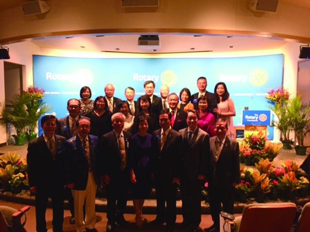 駐芝加哥辦事處處長何震寰、前扶輪社國際總會長黃其光與本年來自台灣的全體AKS社員夫婦合影。