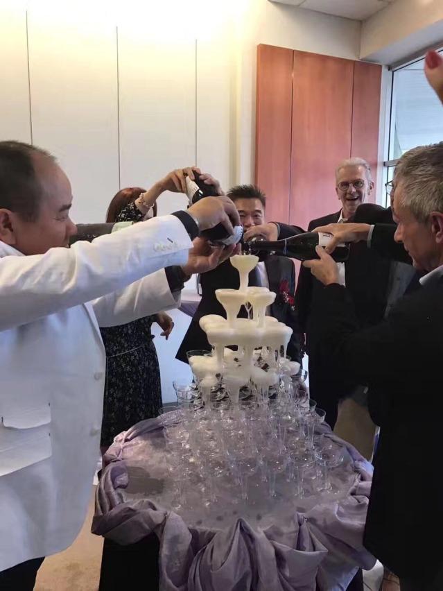32香檳塔慶祝簽約會的成功