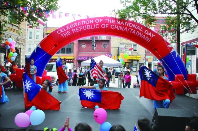 中華學校表演《旗舞》