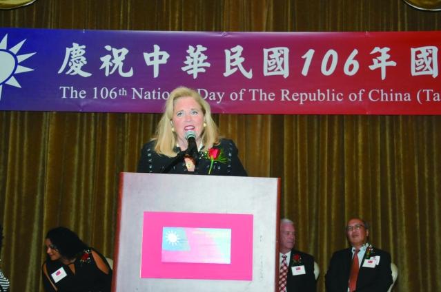 伊利諾州立代表Patti Bellock在國慶酒會致詞