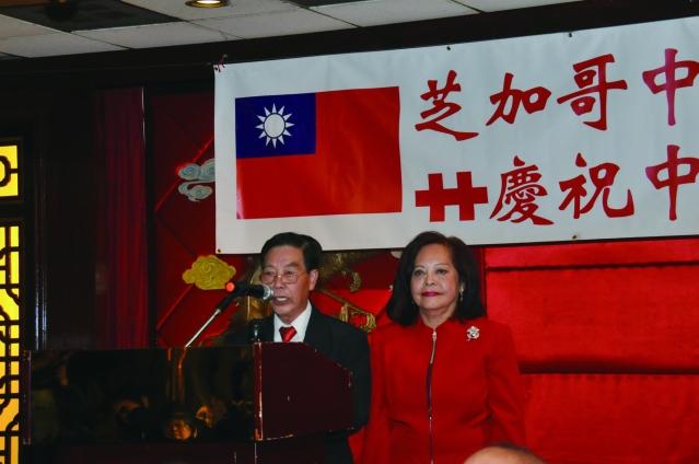 僑務委員項邦珍(右)和伍煥光擔任國慶餐會的司儀