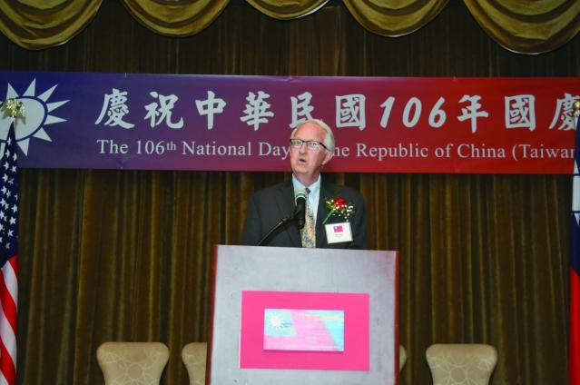 前愛荷華州參議員Dennis Black在國慶酒會致詞