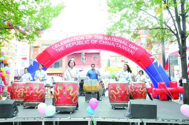 參加106年雙十國慶園遊會表演的成大鼓陣