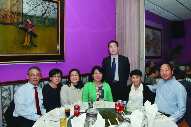 參加國慶餐會的 美中中文學校協會和處長何震寰合影