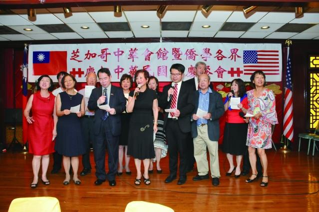 參加國慶餐會的台大校友會演唱經典國語歌曲「杜鵑花」和「龍的傳人」