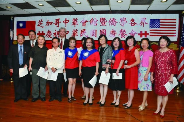 參加國慶餐會的台灣同鄉聯誼會演唱經典歌曲「台北的天空」和「明天會更好」