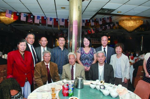 參加國慶餐會的李氏公所合影,李著華(後排左二)郭笑榮(後排右三) 李本安(後排右二)