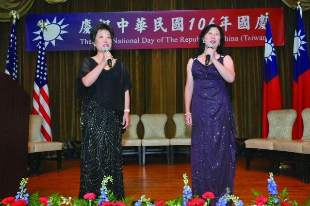 名聲樂家歐純妃(左)以及來自密西根州榮光會的會長顏毓萍(右)帶領大家高唱中、美國歌揭開酒會的序幕