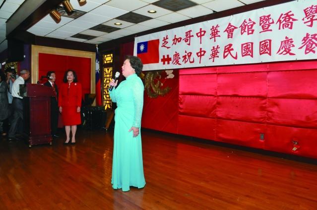 李美珍帶領大家齊唱中美國歌,拉開了國慶餐會的序幕