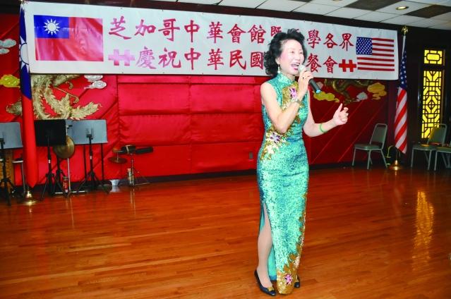 美麗的前加拿大公使周莉音演唱經點廣東歌曲「萬水千山總是情」和黃梅調「訪英台」