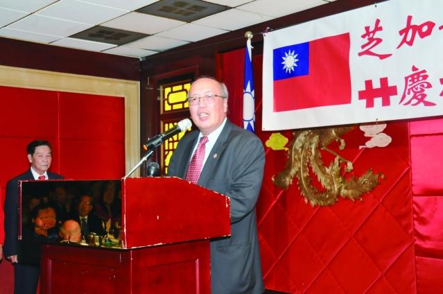 芝加哥中華會館董事長陳達偉在國慶餐會致詞