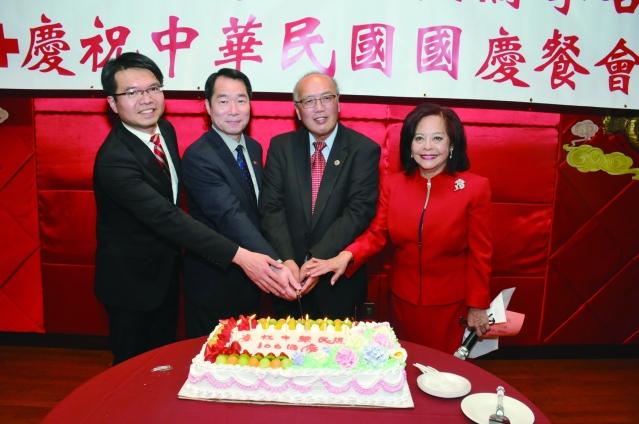 貴賓們合切蛋糕儀式為中華民國慶生,共同歡唱生日快樂歌。從右到左:項邦珍、陳達偉、何震寰、王偉讚