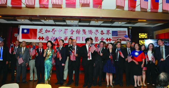 貴賓們揮舞著中華民國國旗帶領大家合唱「梅花」和「中華民國頌」