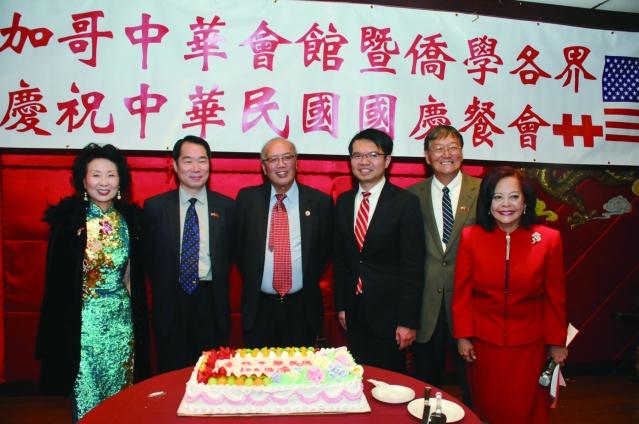 貴賓們為慶祝中華民國生日,帶領大家共同歡唱生日快樂歌。從右到左:項邦珍、歐一平、王偉讚、陳達偉、何震寰、周莉音