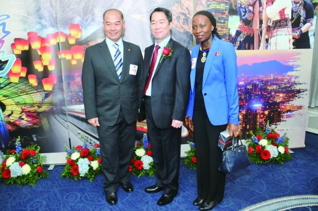 香賓大學國際事務和全球戰略副總理Reitumetse Obakeng Mabokela(右)長榮航空主任謝世杰(左) 和處長何震寰合影