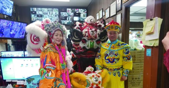 02 香港超市東主陳健明伉儷與瑞獅合影