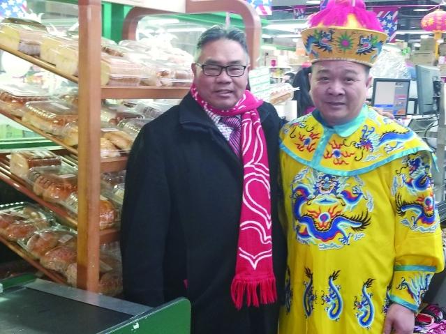 15東主陳健明(右)與本報系總裁李著華(左)合影