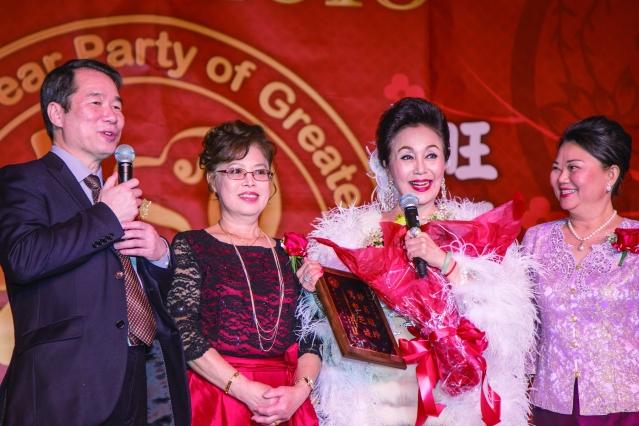 主辦單位特別頒發刻著「妙肖瓏玲、驚豔芝城」感謝牌給低音歌后冉肖玲