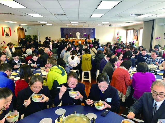 參加當天新春祈福感恩茶會的會眾們,感恩志工隊們的愛心,為大家溫馨準備的火鍋素食及精美點心水果