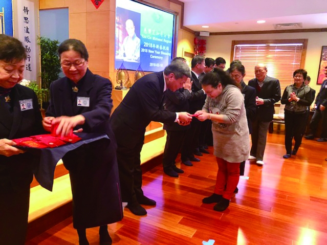 執行長謝重輔代表上人送給會眾「福慧紅包」