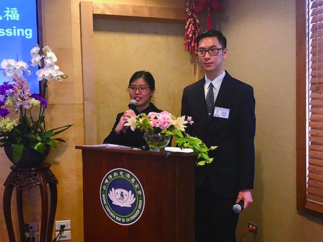 擔任新春祈福感恩茶會的司儀邱蕙珊(左)高永騏(右) (1)