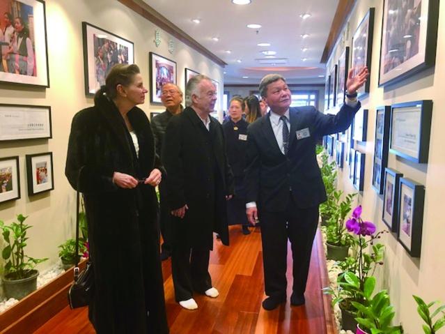 美國慈濟基金會中西部執行長謝重輔(右)向Marillac St. Vincent Depaul Center 的代表Michael Sturctt 伉儷介紹慈濟四大志業 (1)