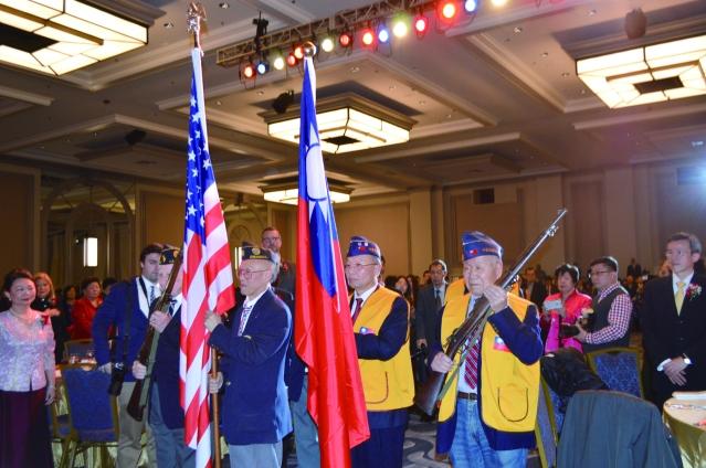 芝加哥榮光會及芝加哥華裔退伍軍人會手持中美國旗進入會場