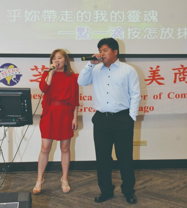 理事ROGER黃(右)與會長楊于萱合唱