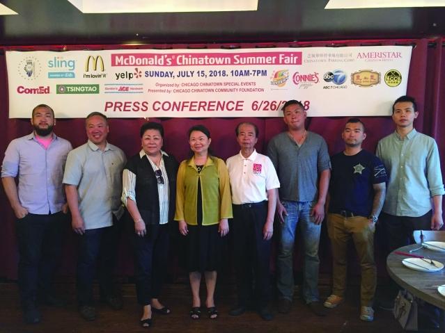 社區代表合影:華商會董事長梅施美英(左3)、中華會館主席黃于紋(中)