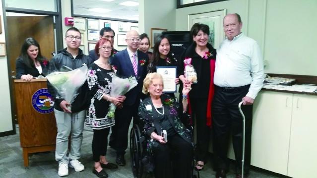 華裔青年羅美琪(右3)榮獲優秀青年獎