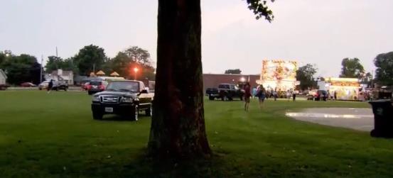 070518-05两人观看烟花表演被树枝砸中身亡,
