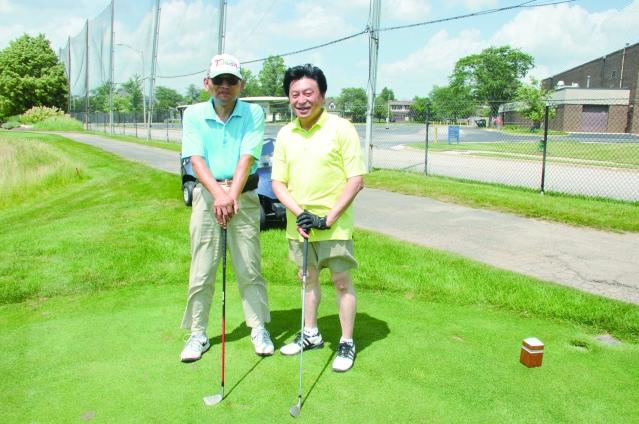 前會長湯銘倫(左)陳聰能(右)在球場上合影
