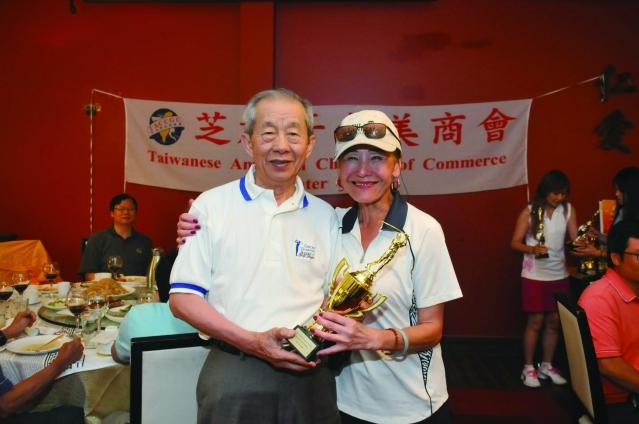 北美州台灣商會前總會長江秋檳(左)頒發得到兩項比賽獎的倪幼薇