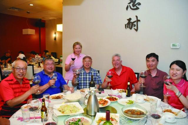 會長楊于萱和貴賓們舉杯敬酒慶祝,賴貞利(右一)侯國南(右二)威斯蒙商會商業和旅遊業執行長Larry Forssberg(右三)