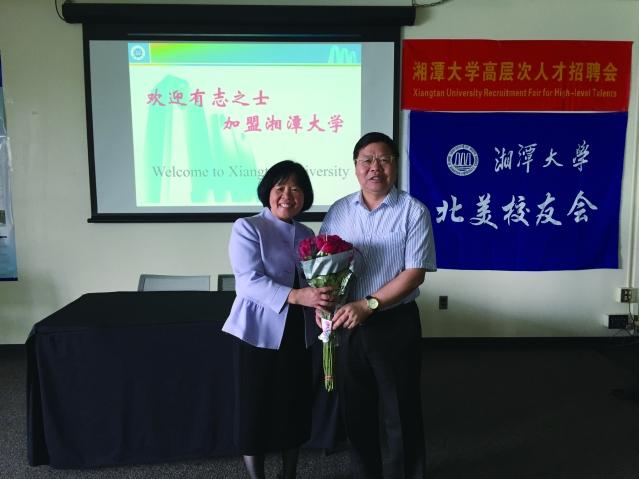 美中湖南同鄉會理事長Alice Sheng(左)與周益春校長(右)合影