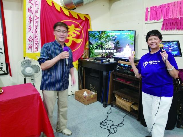 04婦女部長鴻沾夫人Betty(右)與青年部長格美(左)唱卡拉Ok