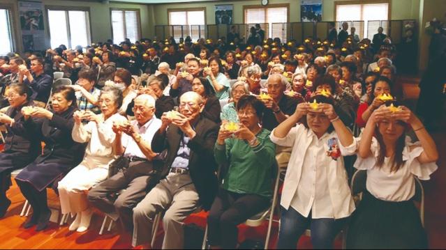 信眾們手捧蓮花心燈虔誠祈禱,共同為家人祈福、人間祈安、及世界祈和平