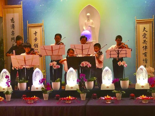 慈濟人文學校管弦樂團演奏感人的《跪羊圖》傳答佛教,不只教導大家要知因果、明是非,更要行大孝