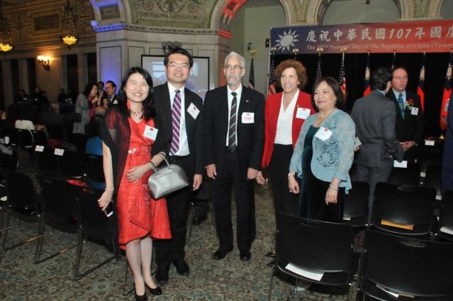 0006僑教中心主任王偉讃(左二)、副主任賴貞利(左一)與李香蘭等合影