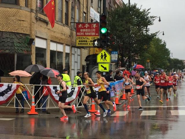 1 选手们跑入中国城赛段