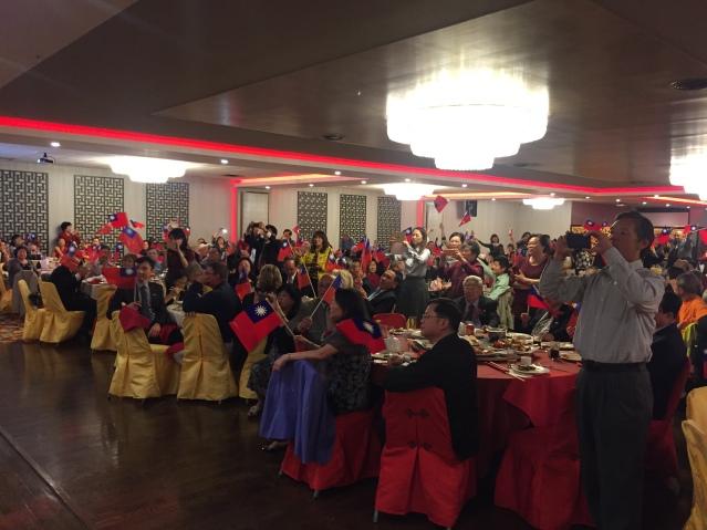 14全場嘉賓揮舞著中華民國國旗